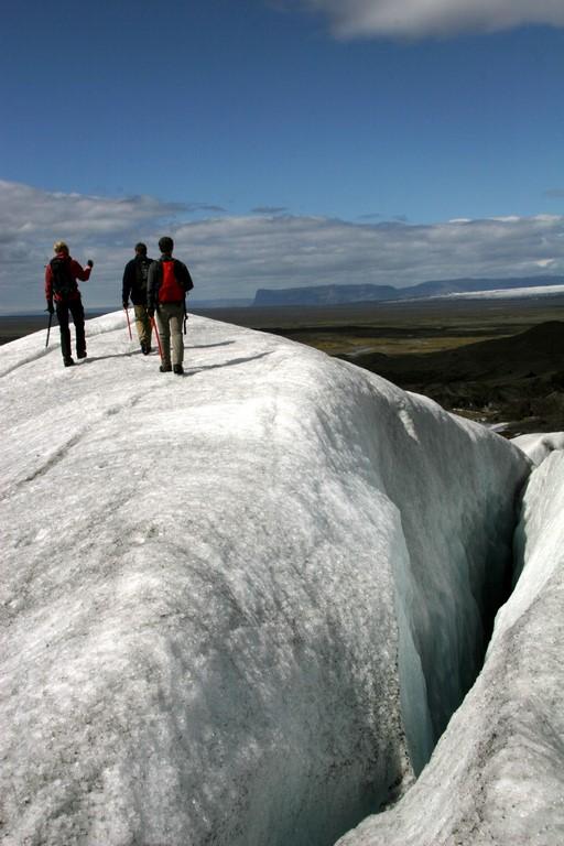 Les guides locaux, qui connaissent chaque crevasse du glacier, sont indispensables pour toute excursion sur le Vatnajökull.