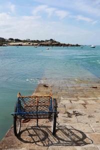 Chausey - chariot au bord de l'eau