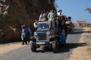 Les pèlerins s'entassent à l'intérieur et sur le toit des voitures.