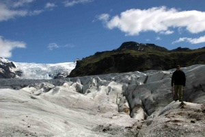 Panorama sur le glacier crevassé.