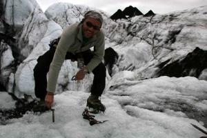 Pose de broche à glace avant la descente en rappel.