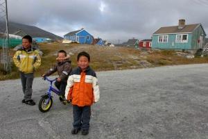 À Nanortalik, ces petits Groenlandais sont venus à notre rencontre.