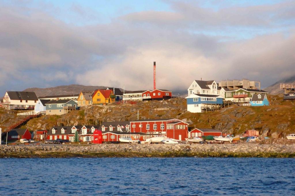 Ville de Nuuk au soleil couchant.