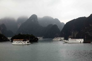 Les bateaux se croisent dans un paysage nimbé de brume.