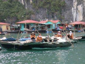 Les maisons sont construites sur des plateformes faites de barils vides et s'agglutinent formant ainsi des villages flottants.