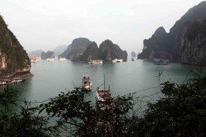 Vue sur la baie depuis la grotte de la Surprise (Hang Sung Sôt).
