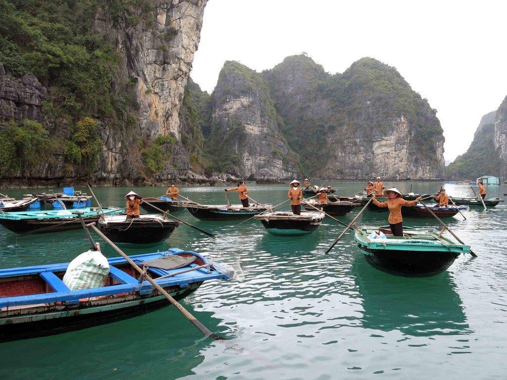 Au cœur de la baie, on accoste à un débarcadère pour une visite paisible en jonques à travers le parc géologique de Cong Dam.