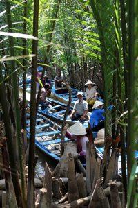 On part sur de petits bateaux à travers les aroyos visiter Cai Be.