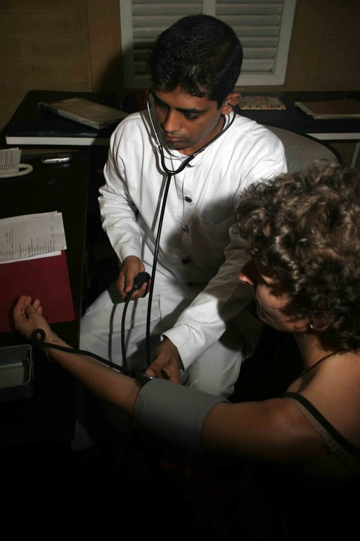 Ce jeune médecin débute l'auscultation par la prise de la tension artérielle.