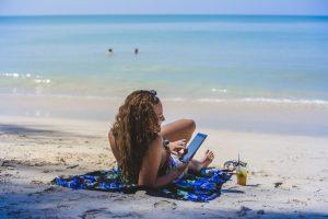 Mojito, daïquiri, piña colada ? Verre à la main, nous nous posons tranquillement au bord de la plage.
