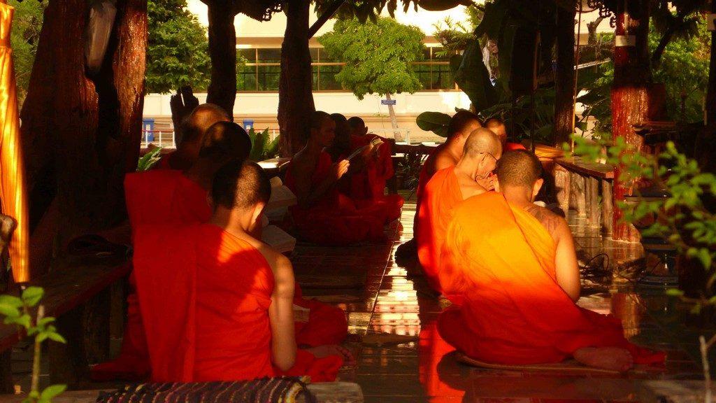 Moines bouddhistes lisant des textes sacré dans le temple de Takua Pa.