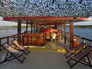 Au programme, farniente sur le pont-bar, sieste dans les cabines climatisées, discussions entre passagers autour d'une caïpirinha (délicieux cocktail brésilien à base de cachaça et de citron vert) ou de jus de fruits locaux.
