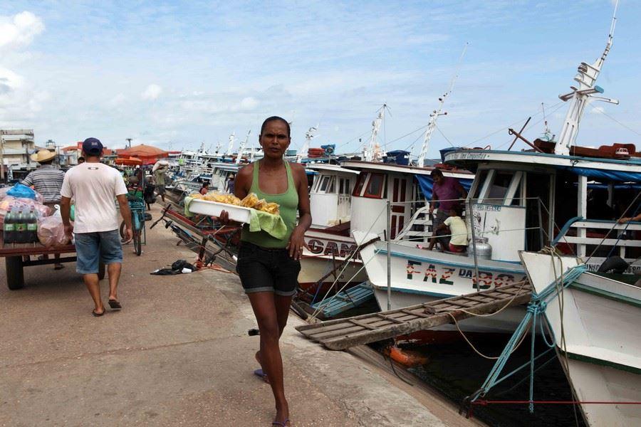 Une balade le long des quais, envahis de vendeurs en tout genre et de porteurs indigènes qu'il faut esquiver, nous conduit au marché au poisson.
