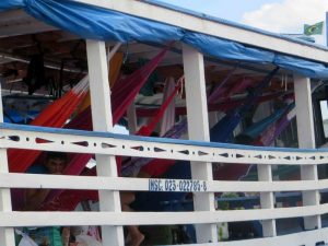 Pour aller d'une ville à l'autre, les Brésiliens prennent des bateaux à trois ponts, ouverts sur l'extérieur et sans cabine. Chacun accroche son hamac où il peut et essaie de tuer le temps dans une promiscuité colorée et animée.