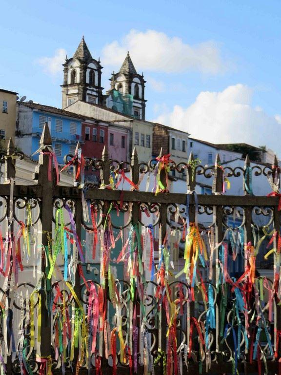 Les fitas de Bonfim, sont accrochés sur les grilles du parvis des églises de Salvador.