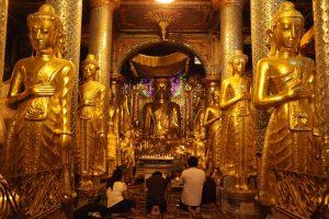 Prière en famille à la pagode Schwedagon à Rangoon