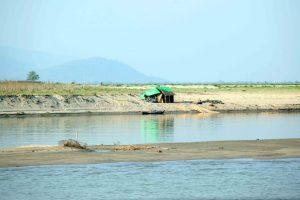Avant Tagaung, le fleuve s'élargit pour à nouveau lécher les bancs de sable bordant les rizières.