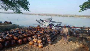 Les jarres que l'on nomme ici Ali Baba pots seront convoyées par radeaux et bateaux vers Mandalay ou Bagan. Elles servent de réserve d'eau et d'huile dans les maisons.