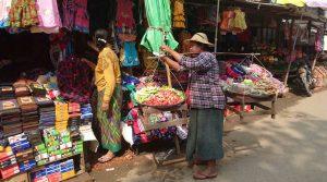 Vendeuse ambulante au marché de Bhamo.