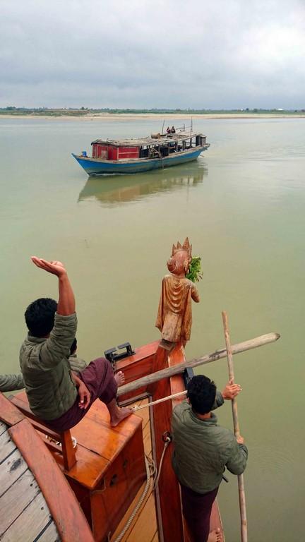 Deux marins sondent en permanence avec une longue tige de bambou tandis qu'un autre guette les objets flottants (troncs, arbres) et informe par geste la passerelle de la profondeur : 3 doigts levés correspondent à une hauteur d'eau de 3 coudées, 3 doigts et le pouce en équerre signifient 3 coudées et demie, main entière levée : 5 coudées, etc.