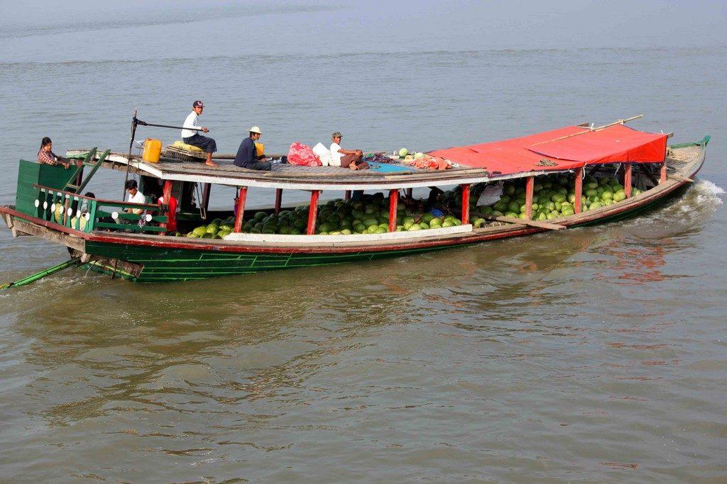 C'est aussi un musée vivant de tout ce qui peut flotter : barges bondées, radeaux de bambous ou de teck, navires crachant une fumée noire, ferries dans un état improbable, barques de pêcheurs, vedettes de transport passagers, etc.