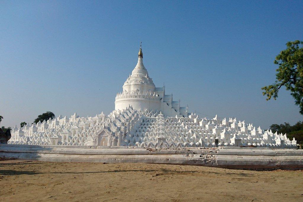 On enchaîne avec la pagode d'albâtre Hsinbyume, appelée aussi le stupa Mya Thein Tan, une imposante meringue blanche construite en 1816 par le roi Bagyidaw pour sa femme morte en couche.