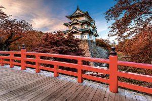 Château de Hirusaki (XVIIè siècle) vu d'un des ponts à parapet rouge traditionnel