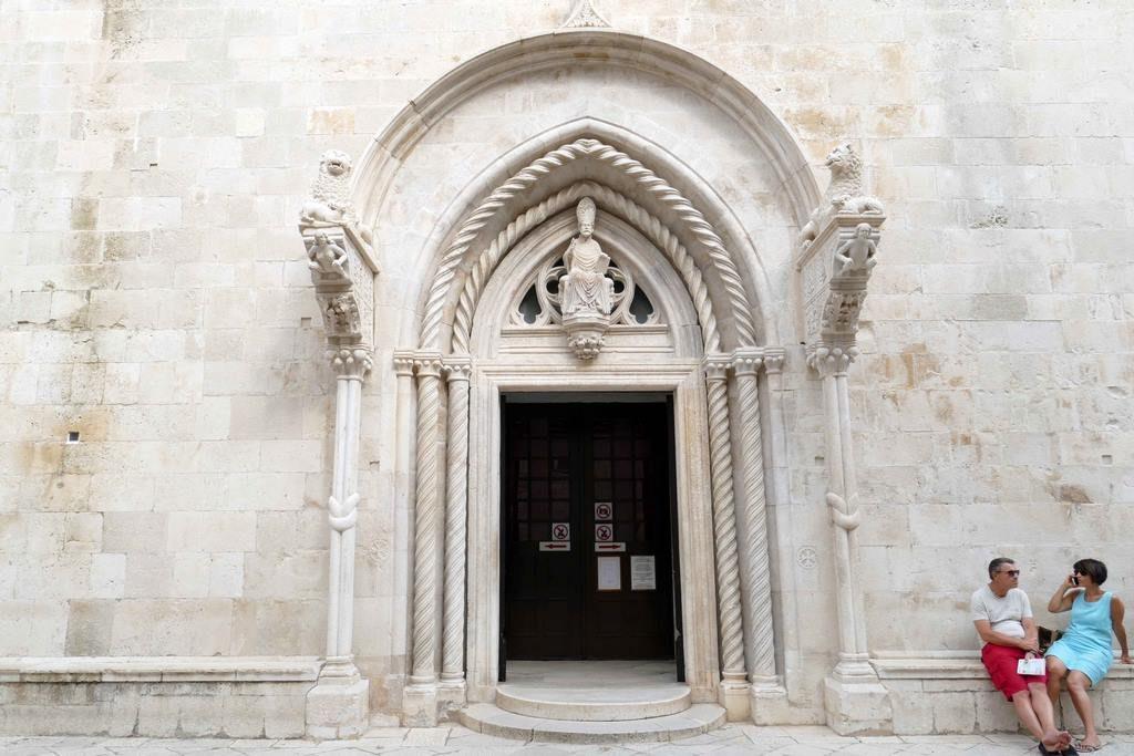 Une statue de Saint Marc surplombe le portail central et deux lions tenant un agneau dans leurs griffes semblent monter la garde de chaque côté. Sous leurs pattes, notez la présence d'un homme et d'une femme accroupis, jambes écartées, certainement la représentation d'Adam et Eve.