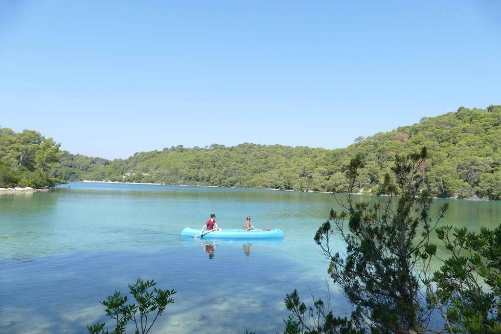 On a le choix entre faire le tour des deux lacs à pied ou à vélo, en traverser un à la nage, en bateau ou en canoë.