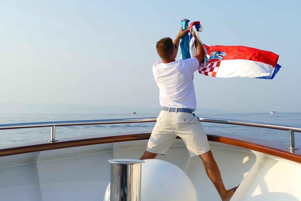 Nikola Mladin, capitaine de l'Admiral, lève le pavillon croate le jour du souvenir national.