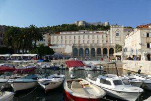 Du bateau, on arrive directement sur la place principale de la ville, la place Saint Étienne, surnommée « la Pjaca ».