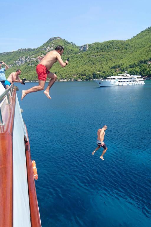 Les plus téméraires sautent du haut du yacht.