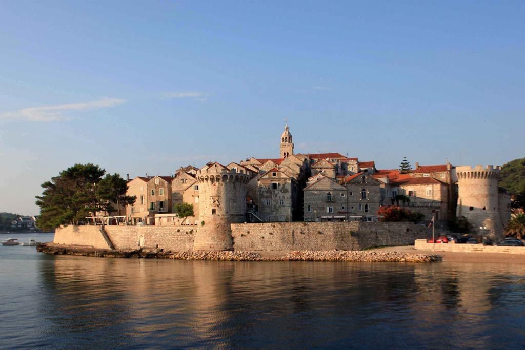 Vue sur la ville fortifiée médiévale de Korčula.