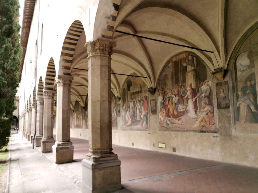 Le parcours débute dans le grand cloître dont les murs recouverts de fresques du 16ème évoquent la vie de saints dominicains.