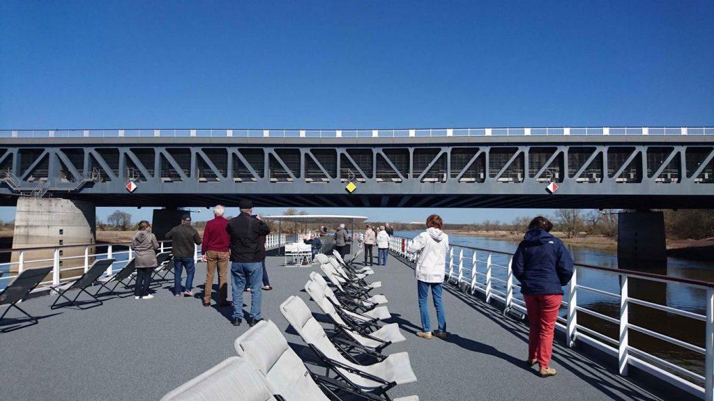Nous passons sous le magnifique pont canal de Magdebourg, un ouvrage d'art long de 918 m qui permet de joindre le Mitteland canal et le canal Elbe-Havel.