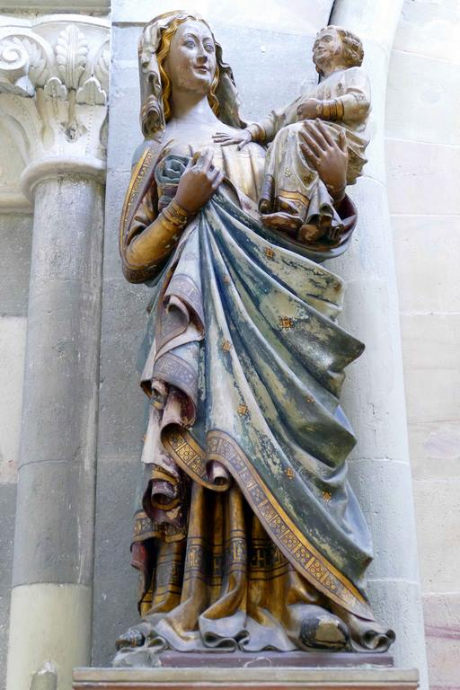 Dans la cathédrale de  Magdebourg, on peut admirer une magnifique « Vierge miraculeuse » à l'enfant, en bois polychrome (datée de 1300), souriante, avec l'enfant Jésus la main droite délicatement posée sur la poitrine de sa mère.