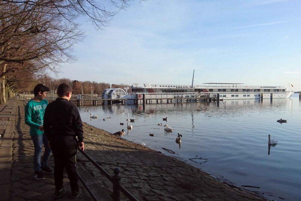Le paquebot est amarré au milieu des cygnes et des canards berlinois sur l'immense lac de Tegel, bordé par la Greenwichpromenade.