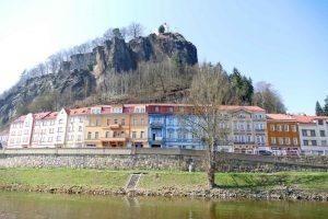 Vue sur le village de Dečin depuis le fleuve.