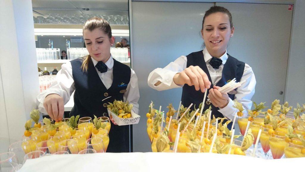 Chaque soir avant le dîner, tous les passagers sont conviés au salon bar pour déguster le cocktail du jour ou toute autre boisson.