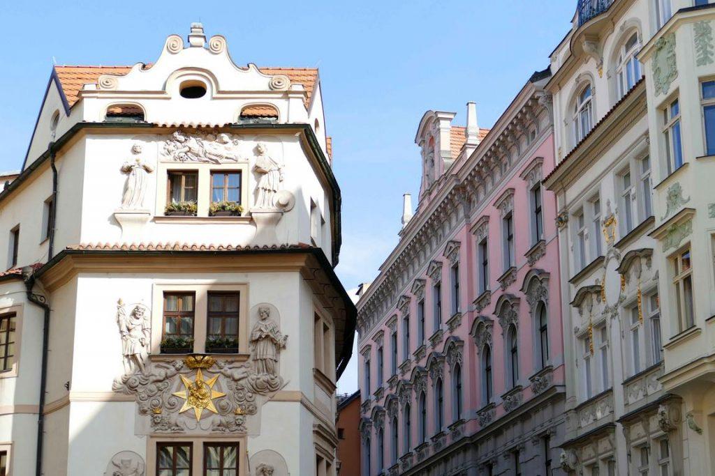 Prague, façades de l'hôtel Aurus et de la rue Karlova.
