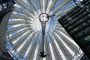 Au Sony Center, un complexe de commerces et de buildings créé par Helmut Jahn, le patio est chapeauté d'une extraordinaire structure ovale de verre et d'acier.