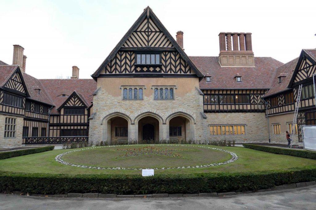 Cecilienhof a été bâtie entre 1914 et 1917 dans le style Tudor, ce qui lui donne des airs de grande maison de campagne anglo-normande.