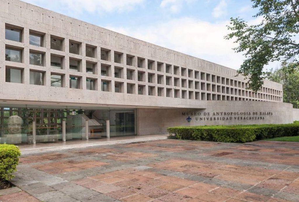 Inauguré en 1986, le musée d'anthropologie de Xalapa, dans l'État du Veracruz au Mexique, abrite une des plus belles collections mondiales d'art préhispanique, et la plus grande consacrée à l'art olmèque. Parmi les joyaux du musée, un extraordinaire ensemble de têtes monumentales.
