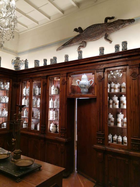 L'accès à une authentique pharmacie du XIX e siècle se fait en franchissant une « porte basse » qui oblige les visiteurs à courber la tête.
