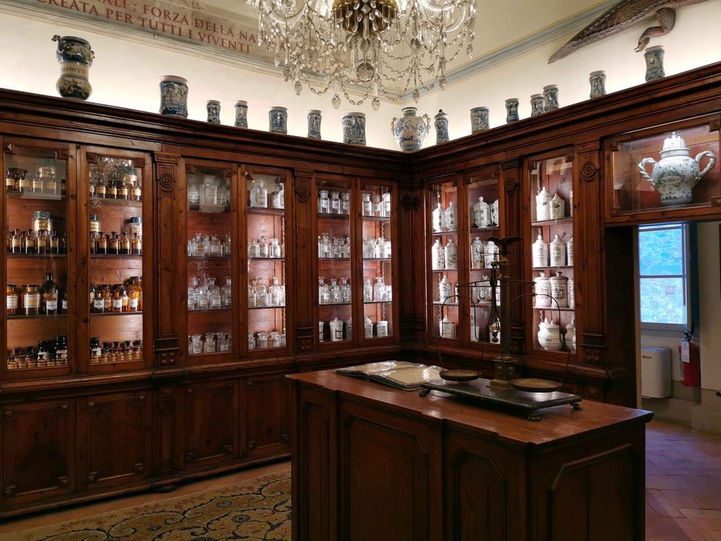 À la fin du XVIIIe siècle, on assiste à l'embellissement des « boutiques » d'apothicaires.