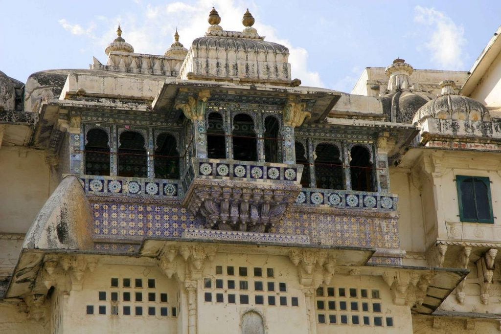 De granit et de marbre, cette aérienne forteresse longue de 244 m et haute de plus de 30 m, est un enchaînement labyrinthique de terrasses, de kiosques, de couloirs, d'escaliers, de patios, de jardins, de pavillons que chaque maharana a ajouté au fil des siècles.