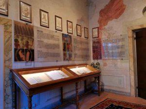 La salle suivante, appelée salle de l'Histoire, est dédiée aux herbiers, et aux textes qui représentent la somme des savoirs du passé.