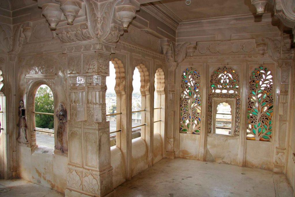 Passage avec des vitraux colorés et moucharabiehs destinés à la ventilation, caractéristiques des havelis.
