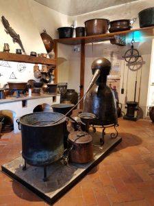 Il n'est pas étonnant chez un apothicaire de trouver certains mobiliers et objets hérités de l'atelier de l'alchimiste : four, alambic pour la distillation, récipients en verre, mortiers et pilons, etc.