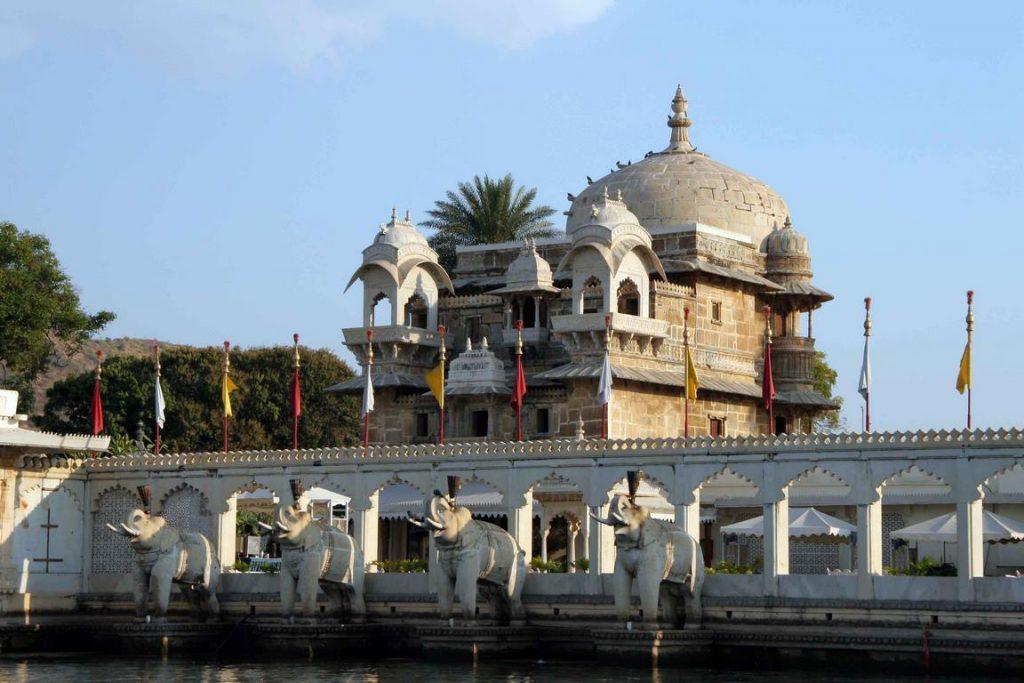 Les éléphants sculptés de l'entrée du Jag Mandir, appelé aussi Lake Garden Palace.